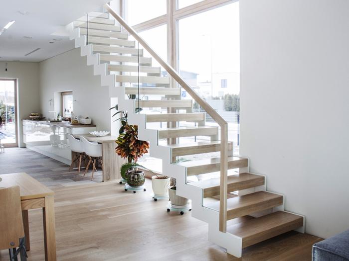 Лестница на металлических косоурах со ступенями между косоуров