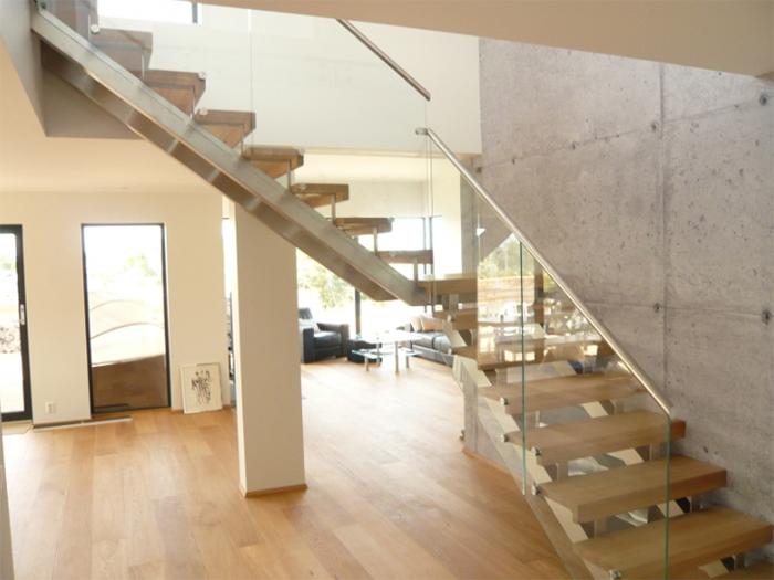 Лестница на металлических косоурах с креплением ступеней сверху