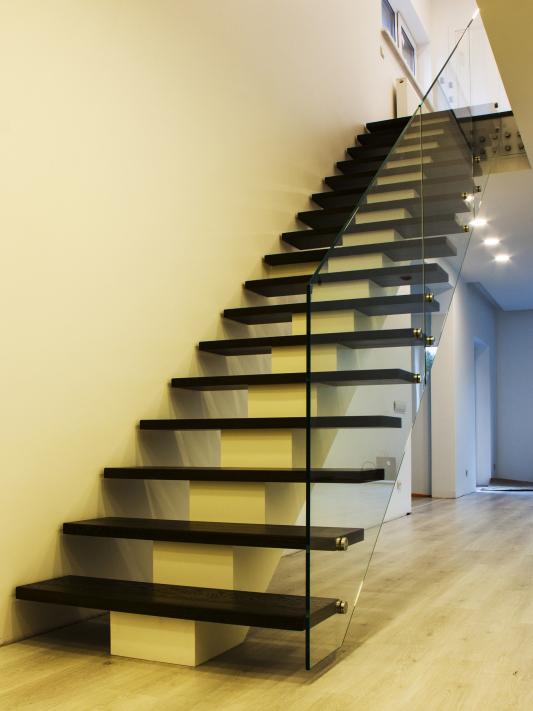 Лестница на центральном косоуре из листового металла