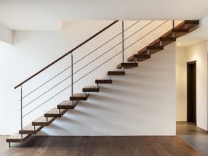 Пример гармонично вписанной в интерьер лестницы