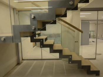 Лестницы на металлическом косоуре