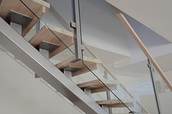 Лестницы на центральном металлическом косоуре