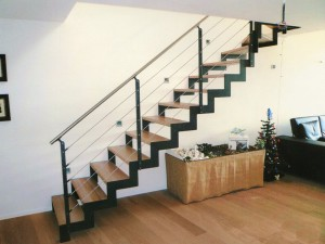 Открытая лестница на чистовом каркасе двойной косоур