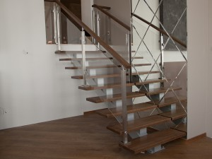 Открытая лестница на чистовом каркасе центральный косоур