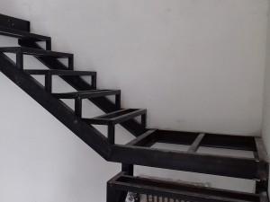 Черновой металлокаркас под лестницу